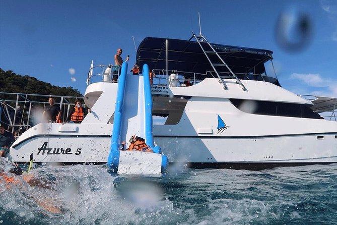 Phi Phi en Maiton Eilanden dolfijnenzoektocht door krachtcatamaran - laat vertrek