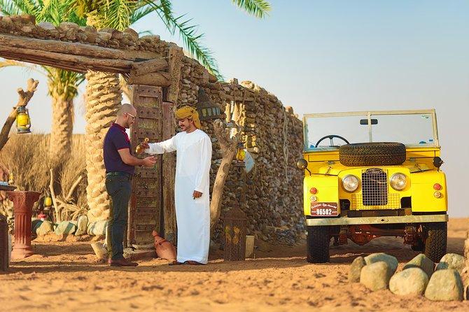 Experiência no deserto: jantar e atividades dos emirados com transporte em uma Land Rover vintage saindo de Dubai