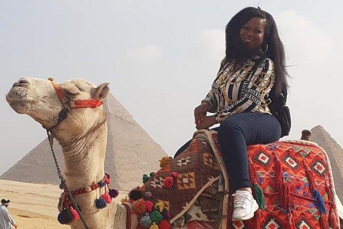 Visite d'une demi-journée des pyramides de Gizeh et du musée du bateau solaire avec déjeuner et promenade en chameau