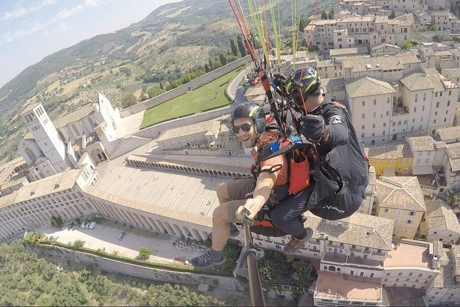 Paragliding in two over the skies of Assisi