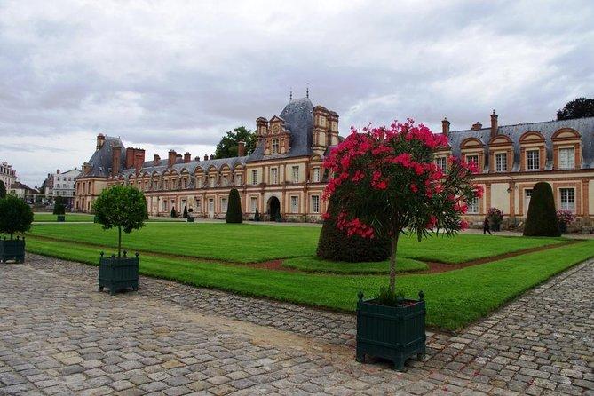 Fontainebleau Castle Round trip transportation and the entrance to Paris