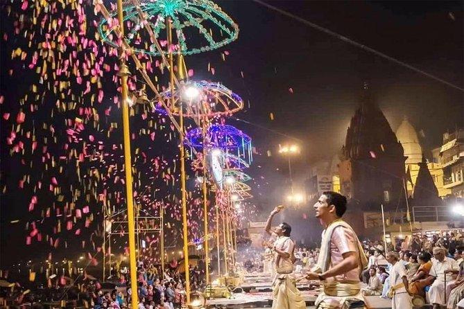 Tour Privado de 3 Horas por Noite com Cruzeiro de Barco Ganga Aarti e Jantar em Varanasi
