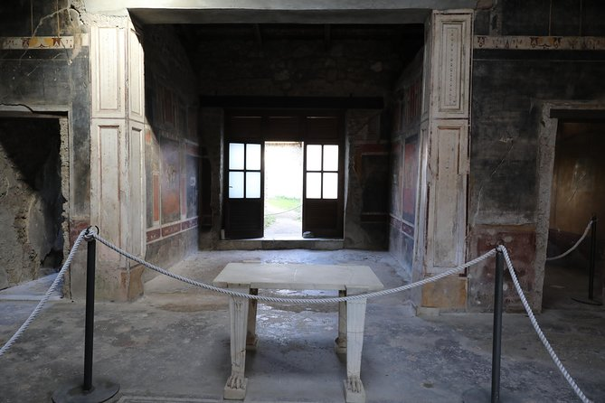 Exploring Pompeii ruins with an archeologist photo 7