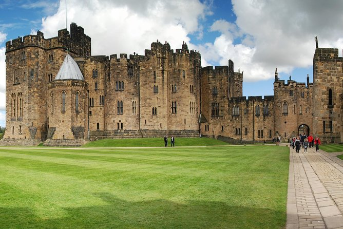 1 Day Alnwick Castle, Northumberland Coast & Scottish Borders