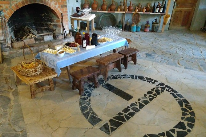 Wine tasting at unique Georgian artist house. 2 hours tour from Kutaisi