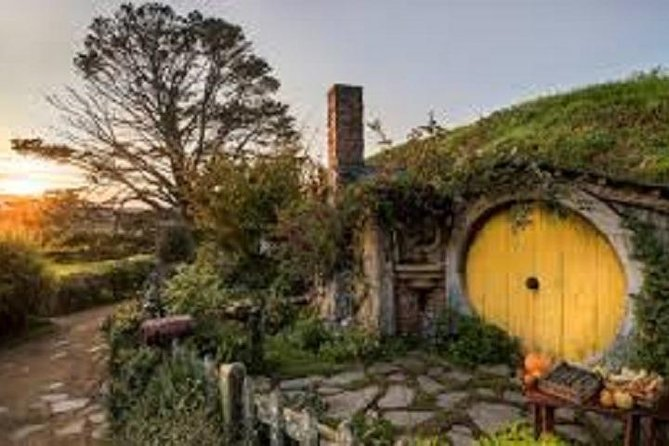 Hobbiton Movie Set and Waitomo Glowworm Caves (full day tour from Auckland)