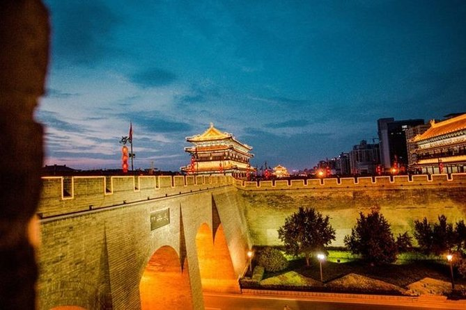 Night Tour of the City Wall in Xian with Shaanxi Style Dining Experience