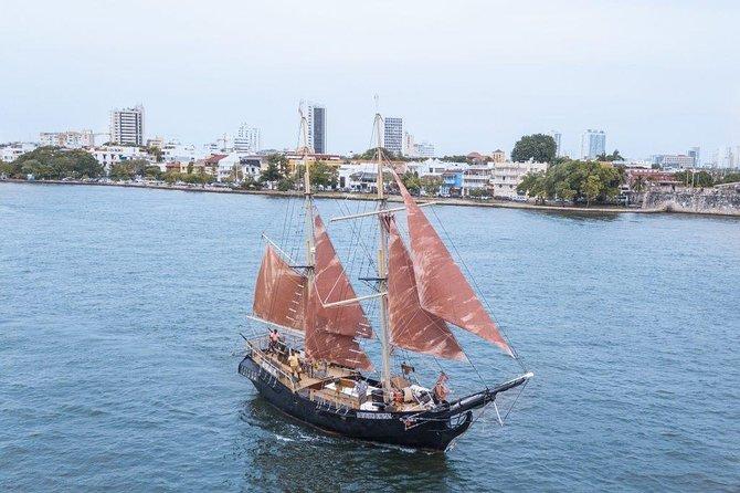 Passeio de barco pelo navio pirata e Sunset Skyline
