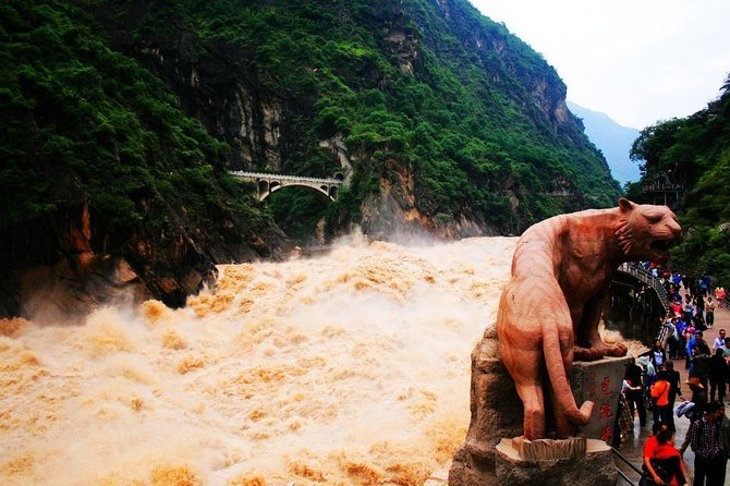 Private Day Trip to Yangtze River First Bend, Shigu Ancient Town, Tiger Leaping Gorge from Lijiang photo 1