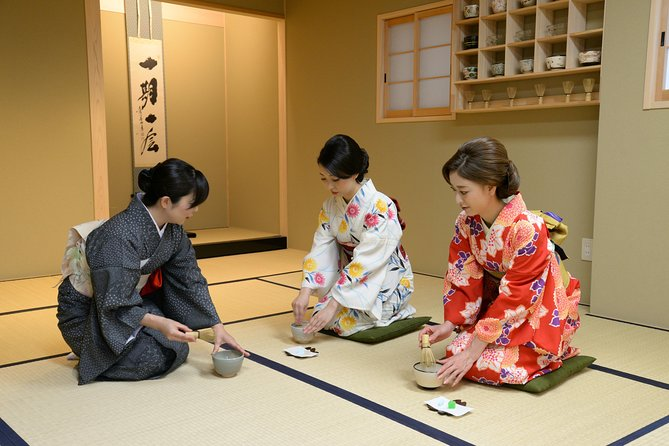 A tea ceremony experience run by a long-established traditional craft shop