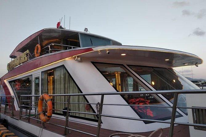 Vietnamese Dinner On Luxurious Yacht