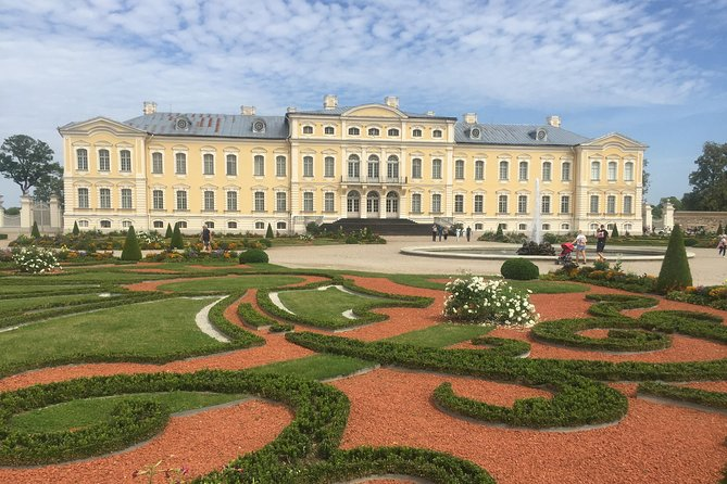 Vilnius to Riga via the Hill of Crosses, Rundale Palace & Bauska Castle