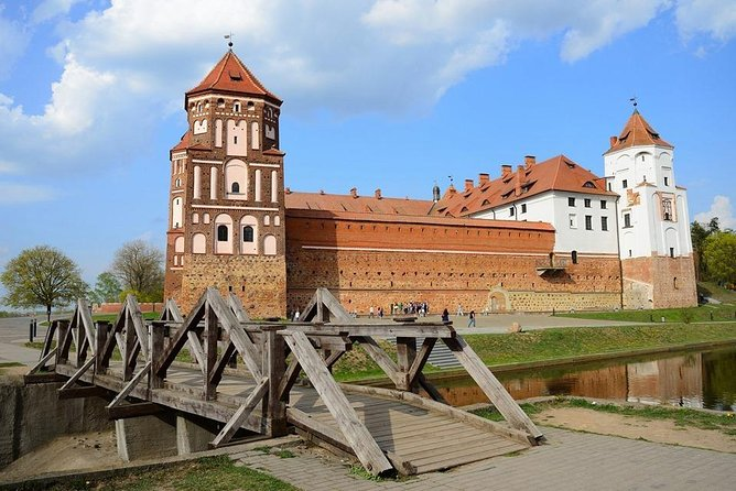 Tour privado: Minsk - Palacio Nesvizh - Castillo Mir. Conductor de habla inglesa