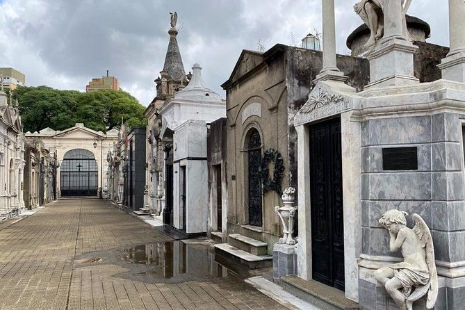 City of Angels: Private Walking Tour of Recoleta Cemetery and surroundings photo 4