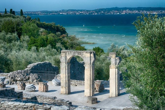 A walking tour and a mini-cruise in Sirmione