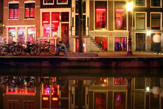 Discover the Red Light District of Amsterdam at night