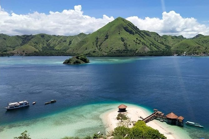 Komodo Private Tour 3D/2N By Luxury Phinisi Boat. Price for 1-8 Pax.