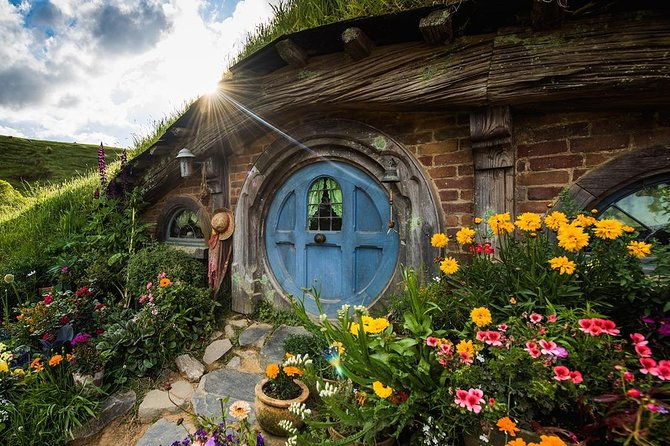 Hobbiton & Rotorua Small Group Tour with Te Puia, Hangi Buffet Lunch & Concert
