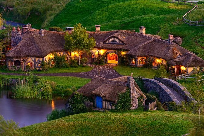 Hobbiton & Waitomo Small Group Tour with BBQ Buffet Lunch from Auckland