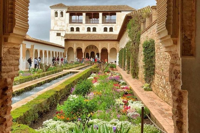 Alhambra Essential : Guided Tour of Alhambra Surroundings + Carlos V Palace photo 7