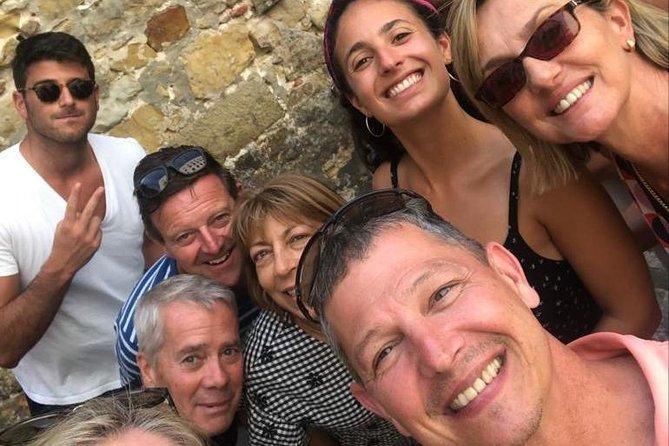 Un pequeño grupo San Sebastián Pintxo Crawl con catas de vino por la noche (2 pers min)