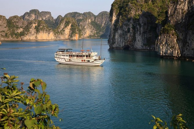 Bai Tu Long bay deluxe cruise 2D/1N: Kayaking, swimmig, Full Meals & best prices