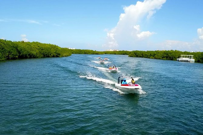 Feel the adrenaline diriving the best speedboat in Cancun with lunch and locker