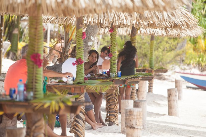 Bora Bora Snorkel Cruise by Polynesian Outrigger Canoe with BBQ Island Lunch