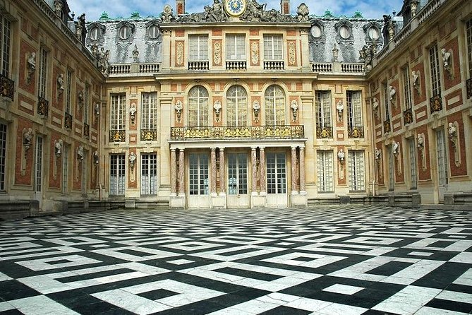Versailles Guided Tour and Priority Access with Agency Pick up from Paris