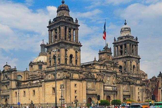 History of Mexico in three monuments
