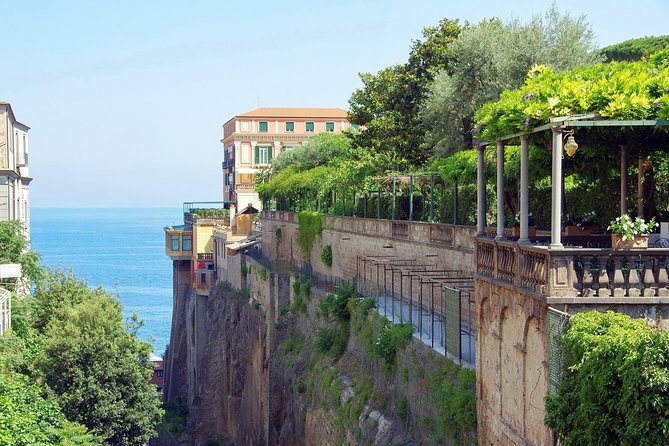Sorrento Gourmet: Food & Wine Tour with Dinner in Marina Grande Led by a Local
