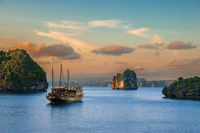 Full-Day Guided Tour of Lan Ha Bay and Ha Long Bay from Hanoi