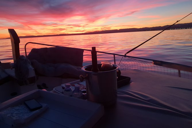 Boat trip at sunset + Glass of Cava + Seafood tasting