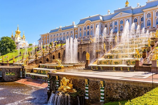 Private tour to the fountains and the Palace of Peterhof
