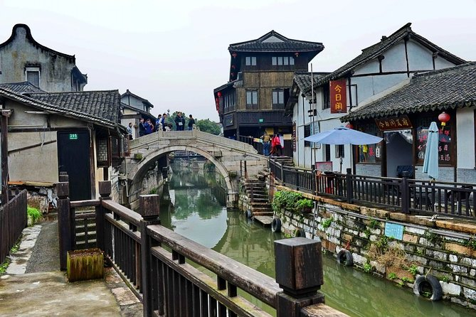 Shanghai Layover Tour to Xinchang Water Town with City Highlights Option