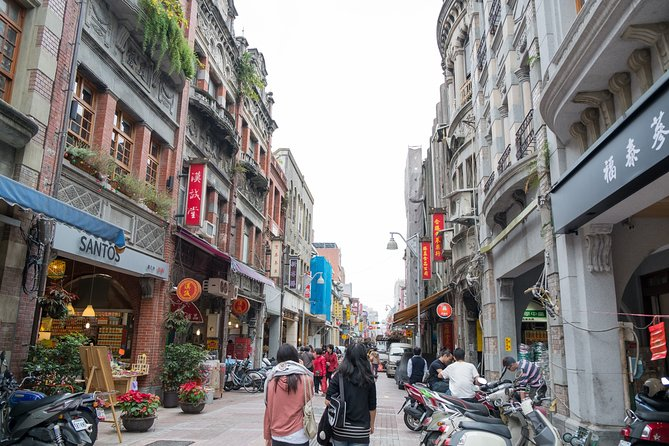 Old & New Taipei: Longshan Temple and Dadaocheng Walking Tour