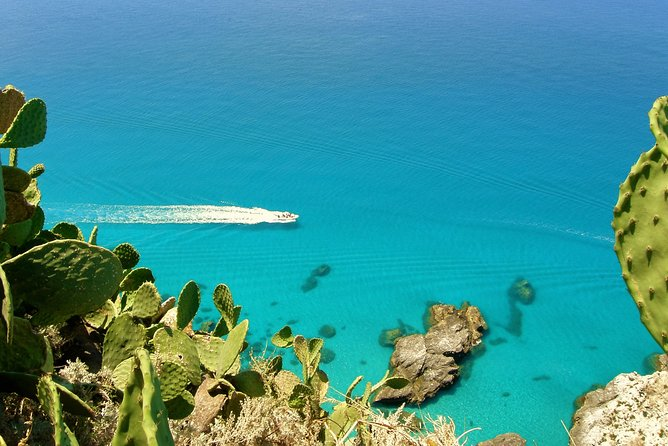 Exclusive tour, in the bay in Tropea, only you and your family. CovidFree boat