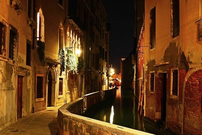 Highlights and Hidden Gems Night Tour in Venice