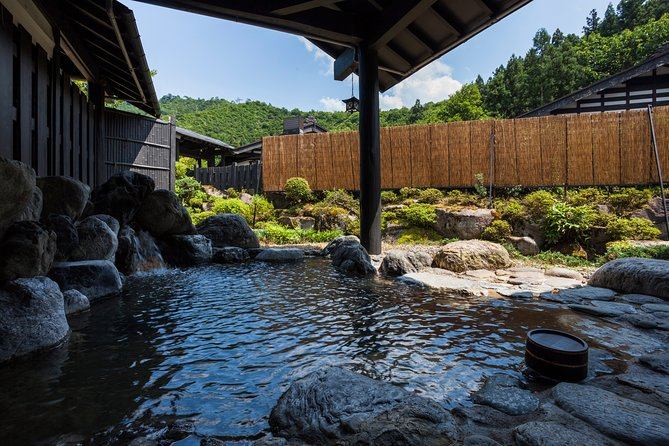 Have your own time in the space of important cultural properties and natural hot springs.
