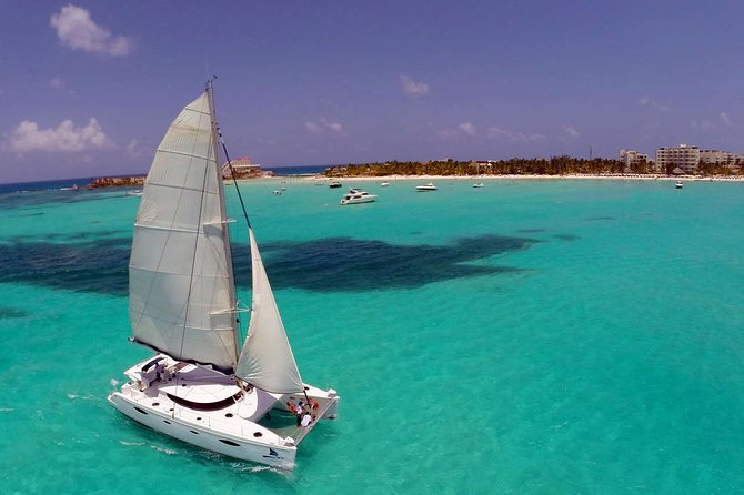 Live the Catamaran Isla Mujeres Tour in Cancun with Open Bar Included