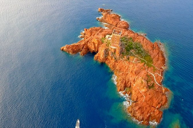 Departure from Fréjus: Estérel, Calanques and red rocks