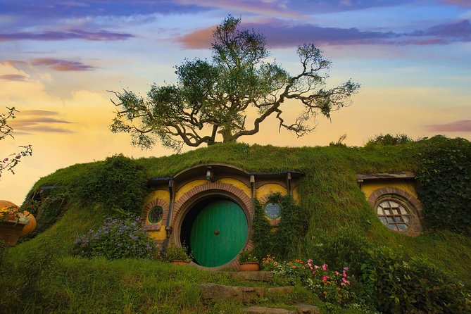 Hobbiton Movie Set and Hamilton Gardens from Auckland