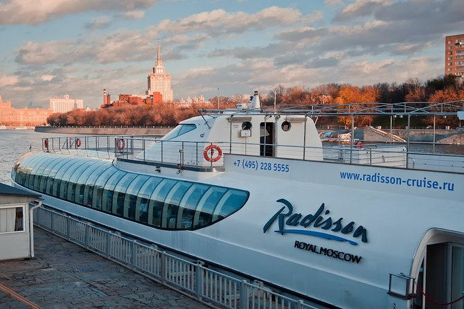Moscow: City walking tour, lunch, metro & Boat trip