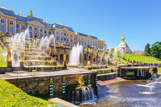 """St. Petersburg: Peterhof Lower Park with the passage of the ship """"Meteor"""""""