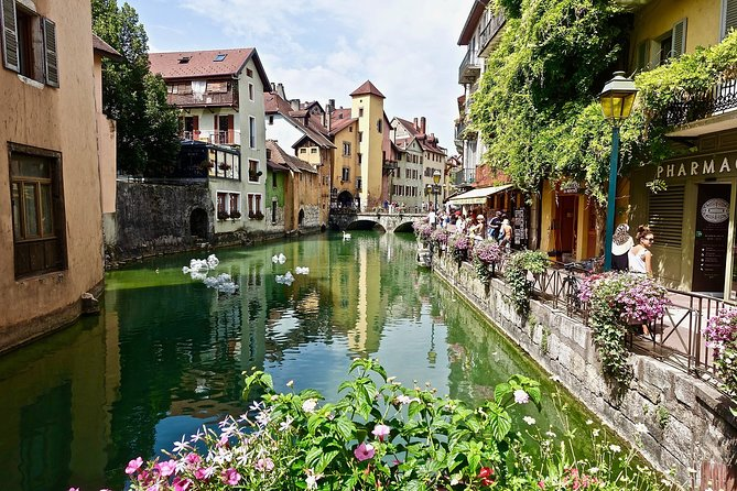 Private 3-hour Walking Tour of Annecy with official tour guide