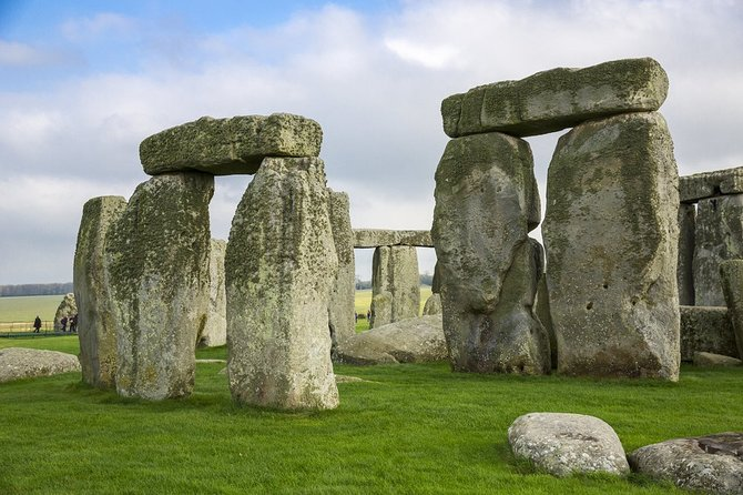 Small-Group Bath & Stonehenge Tour with a Cotswolds Village (From London)