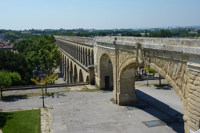 Follow in the footsteps of the Saint Clément aqueduct as far as the Pic Saint Loup.