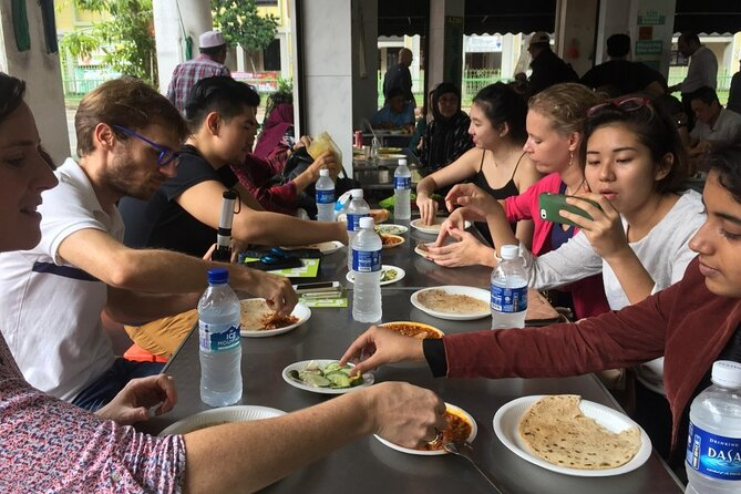 Lunch with the locals. The ultimate Singapore food tour.