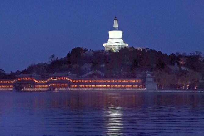 4-hour Evening Tour: Jingshan Hill, Beihai Park & Hutongs Street Food Tour