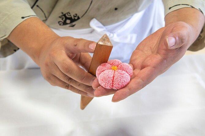 Atelier création de pâtisseries japonaises Wagashi de saison et dégustation avec thé vert matcha au jardin Korakuen d'Okayama